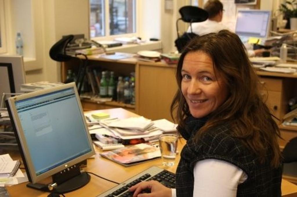 Her sitter Wenche Bøe i redaksjonslokalene til Nordre Aker Budstikke.
