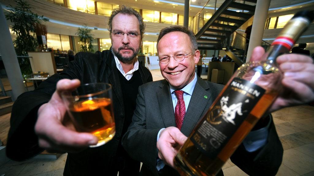 Landbruksminister Lars Peder Brekk og tidligere landbruksminister Lars Sponheim slår et slag for norsk akevitt.