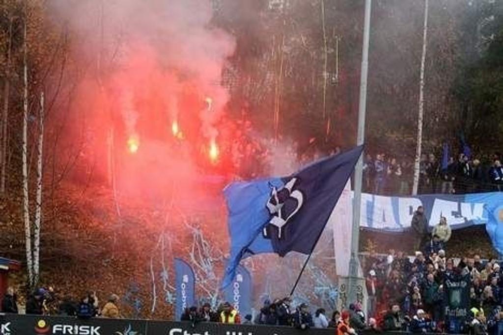 Stabæk-supportere brukte bengalske lys og kastet fyrverkeri ned blant publikum før seriefinalen mellom Røa og Stabæk. Foto: Arild Jacobsen