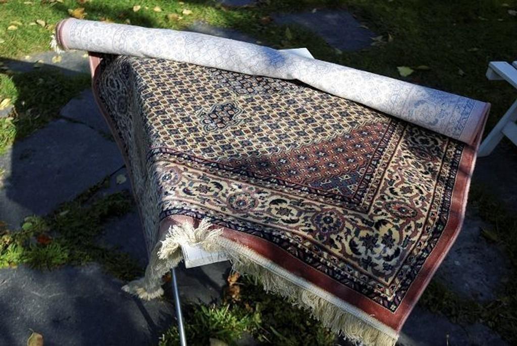 Dette teppet er verken håndlaget eller orientalsk. Det er maskinlaget og syntetisk og ikke minst billig hvis du kjøper det i en forretning i stedet.