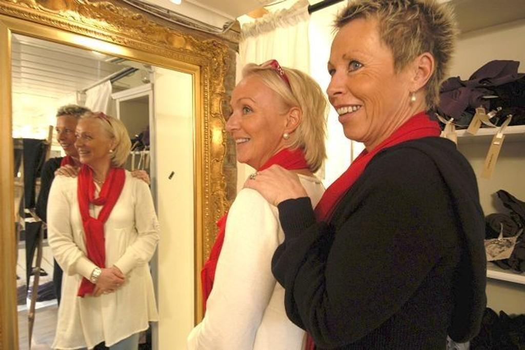 Lille speil...: Anette Ellingsen og Liv Thoresen vil at kundene skal føle seg vel. FOTO: ELISABETH C. WANG