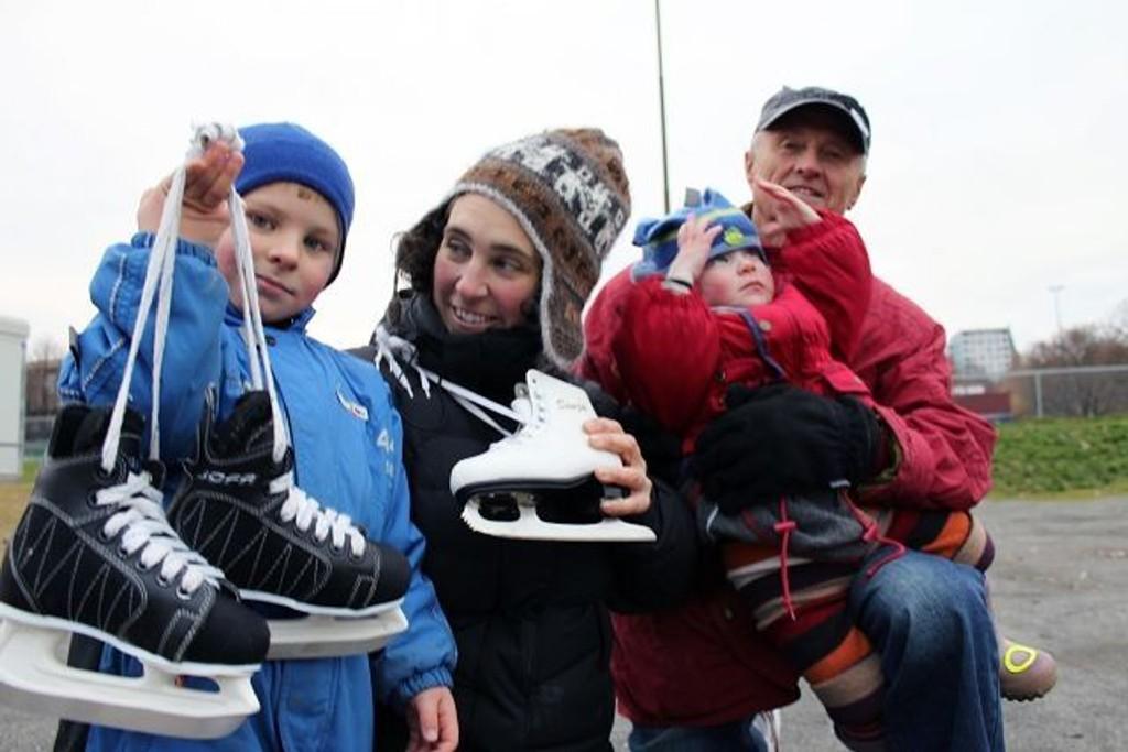 Valdemar Dørmænen Irgens (f.v), mor Kaja Irgens, Ida Dørmænen Irgens og bestefar Kjell Irgens gleder seg alle til det blir is på Marienlystbanen. FOTO: Erik Tangen