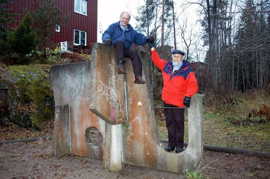Lef-Dan Birkemo (øverst) og Odd Hermann Uglem måtte lete litt før de fant betongelefanten til Nils Aas på en lekeplass i Nedslagsveien på Oppsal.