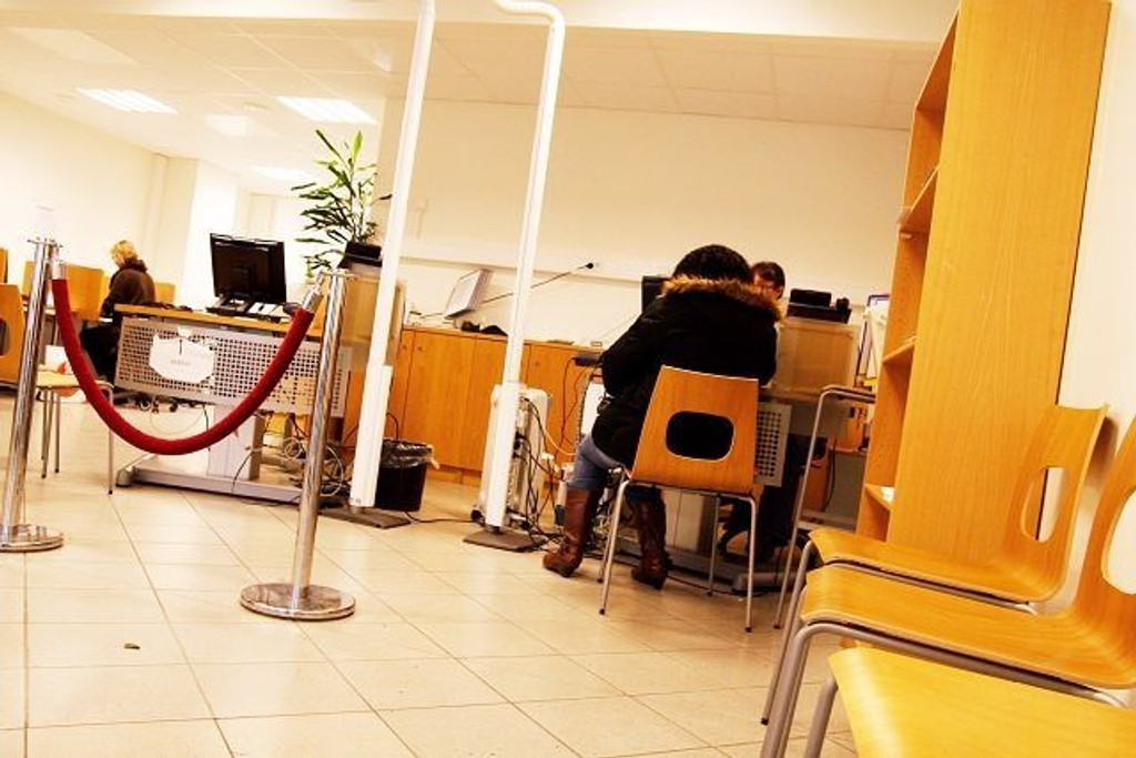 Mellom stolene hvor folk venter i kø og publikumsmottaket er det kort avstand og alle hører hva som sies mellom bruker og kundemottaker.