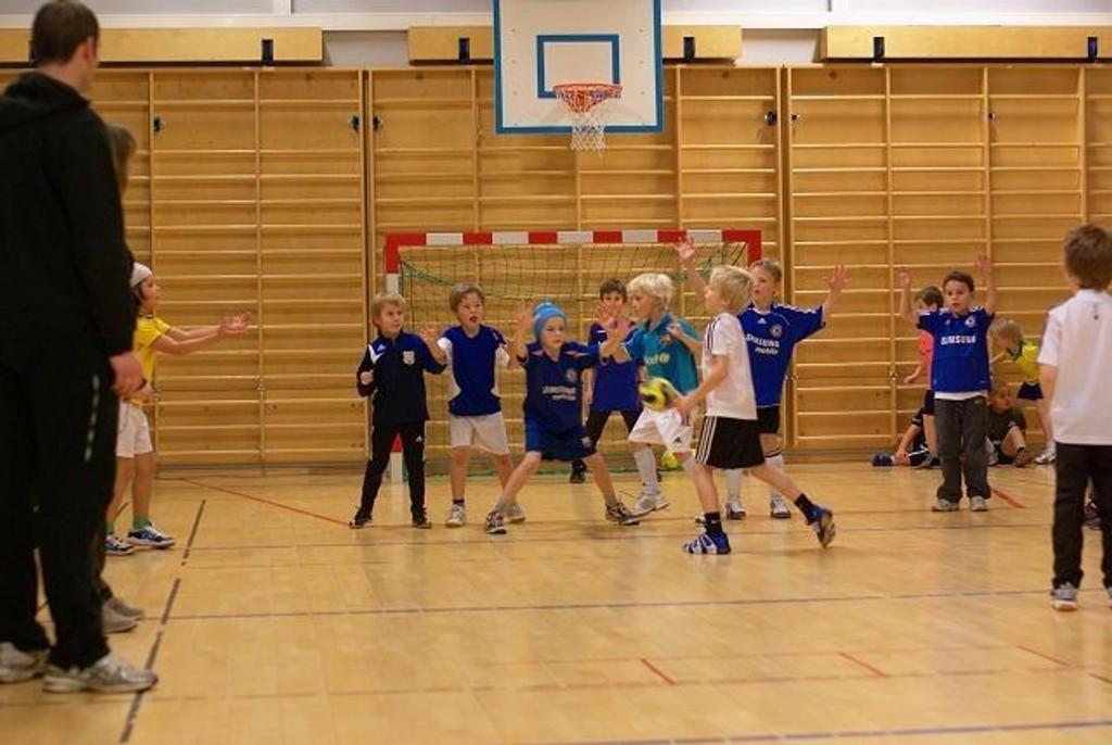 Her er Korsvolls håndballgutter 8 år i aksjon – i gymsalen på Korsvoll skole. Hele 25 barn trener på dette laget. – I fremtidige Korsvollhallen blir det bedre forhold – der kan vi blant annet spille på tvers av banen, ifølge Lundin.