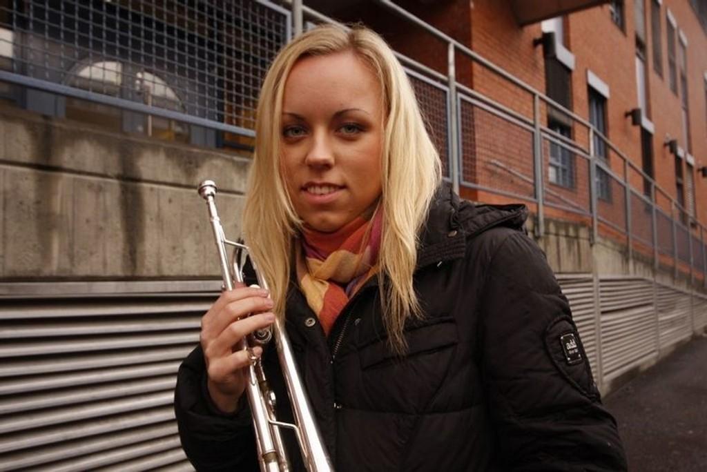 Tine Thing Helseth reiser verden rundt med sin trompet. Men aller best er det på gamle tomter, her ved Jordal skole.  FOTO: HEGE BJØRNSDATTER BRAATEN
