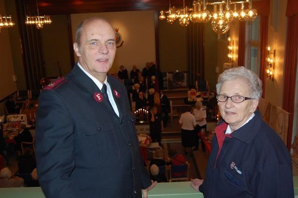 Gunnar Flørenes og Astrid Ingerbrigsten synes det er veldig hyggelig at så mange tar seg turen til julemessen.