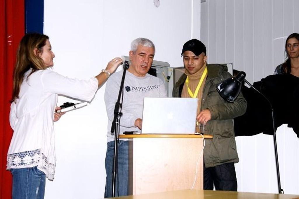 Kerry Cook (i midten) tok seg tid til å besøke Nordseter skole under sin Norges-turné. Nordseter skole har inngått et samarbeid med Amnesty International.