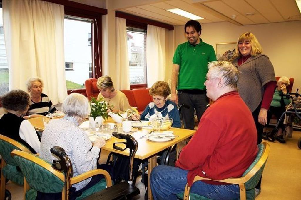 Institusjonssjef ved Nordseterhjemmet, Per Bo Svenson, og avdelingsleder Gro Fagernes Krummel i hyggelig dialog med noen av dagsenterets brukere under middagen, et av dagens mange høydepunkter. Foto: Aina Moberg