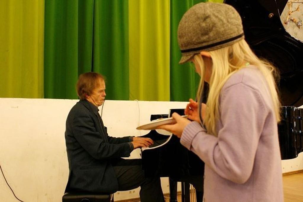 Nora Bruun (7) fulgte nøye med da pianist Håkon Austbø spilte på Ekeberg skoles musikkorps sitt kulturmarked i helgen. Alle foto: Kristin Trosvik