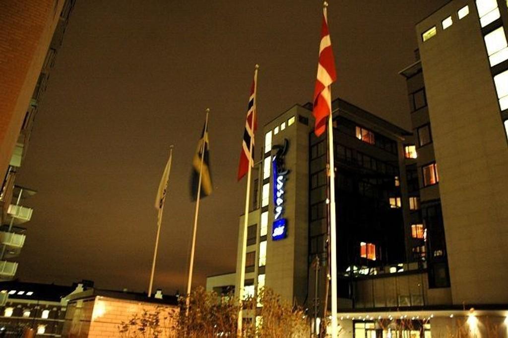 Det var godt og mørkt da Nordre Aker Budstikke tok dette bildet 11. november. – Ingen vane, sier Lisbeth Ingebrigtsen på SAS-hotellet, men lover bedre rutiner. Foto: Karl Andreas Kjelstrup