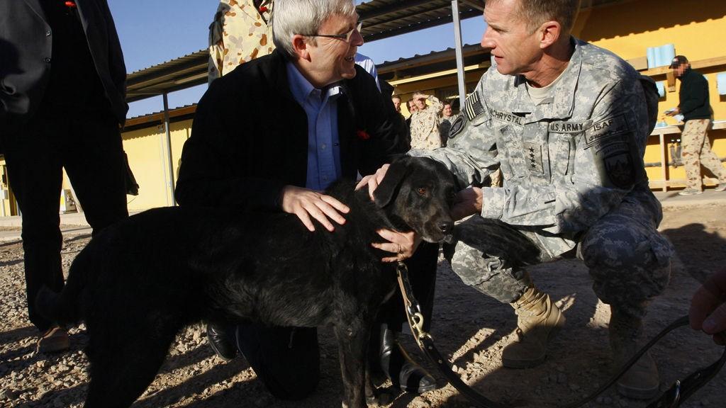 PROFILERT VELKOMST: Sjefen for ISAF-styrkene general Stanley A. McChrystal (t.h.) og den Australske stasministeren Kevin Rudd ønsker Sabi velkommen hjem.