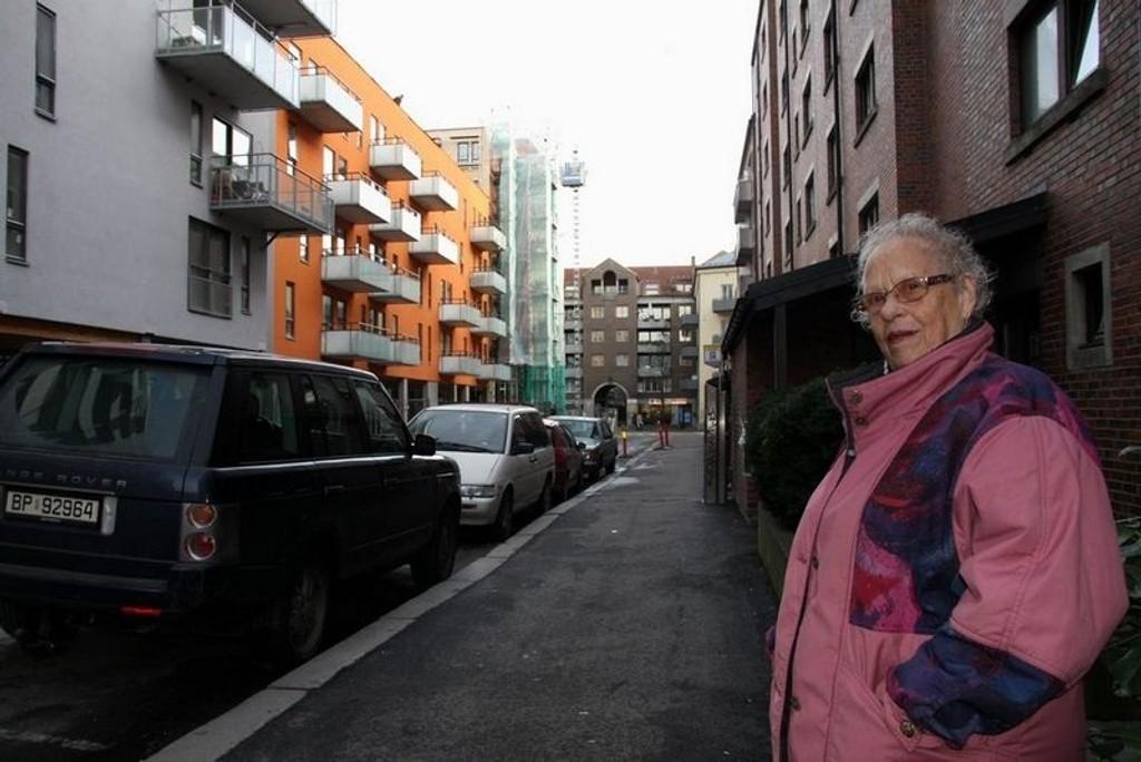 STUP MØRKT: Ragnhild Strømsten i Breigata får daglig henvendelser fra beboere som synes det er ekkelt å bevege seg i den mørke gata. FOTO: LARS ROAR RUD
