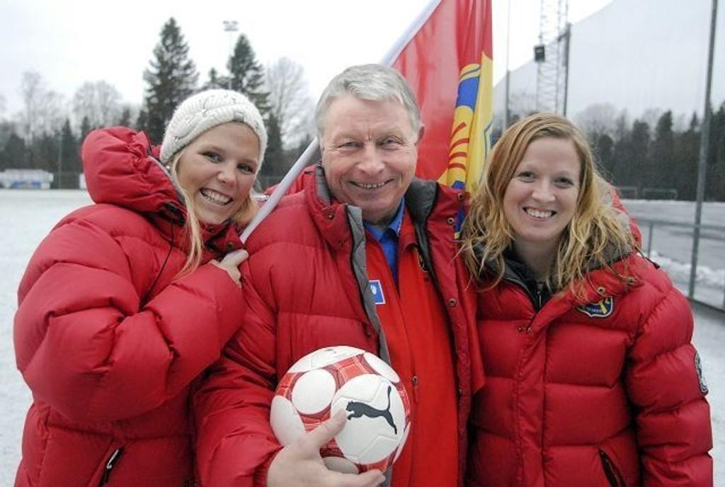 Henning Aamodt er alltid blid når han er i Røa-miljøet. Det setter Gunhild Herregården (t.v.) og Ada Finskud pris på.