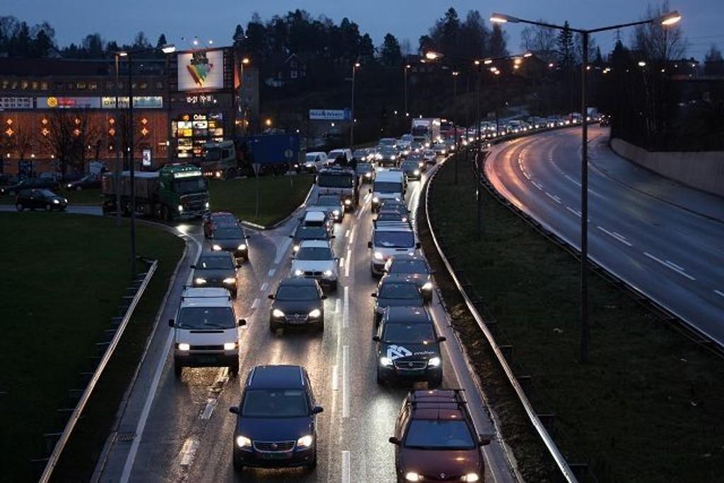 Det var full stopp på Store Ringvei ved Bryn torsdag morgen. Alle var berørt av Obams ankomst. Foto: Arne Vidar Jenssen