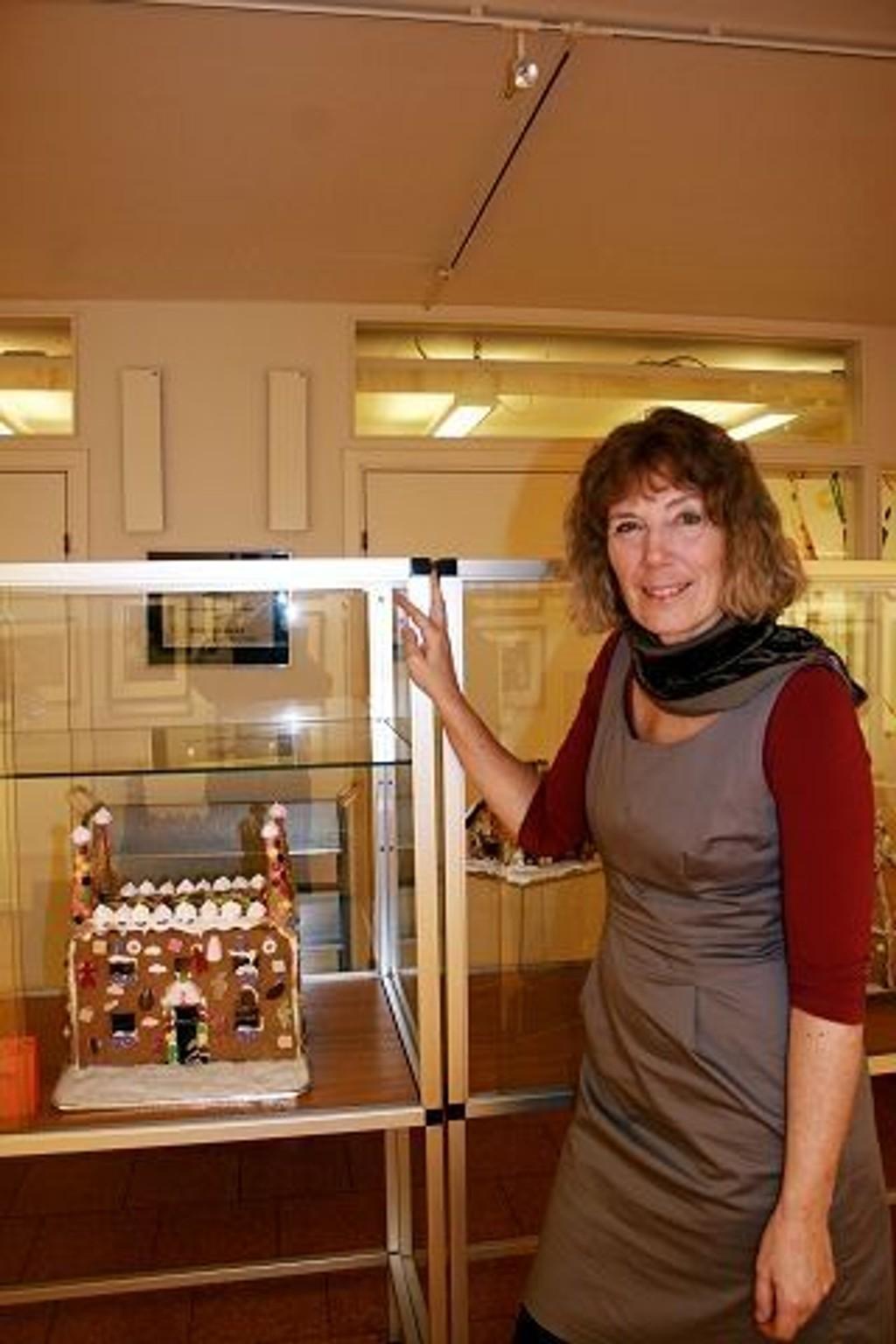 Bibliotekar Elisabeth Svånå har dratt i gang pepperkakehusutstilling på biblioteket på Stovner.