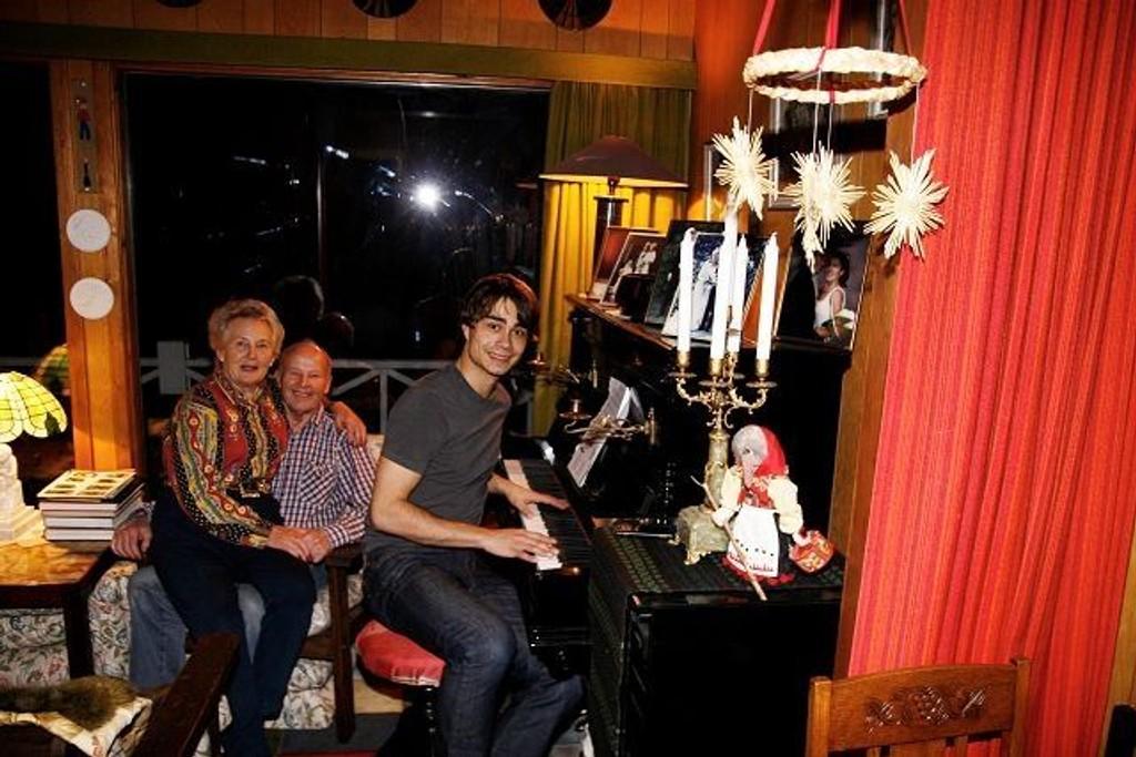 Alexander Rybak har slitt ut setetrekket på pianokrakken. Nå er den trukket om, forteller Karin Madsen fra fanget til kjæresten Per. Mens Akexander har funnet sin faste plass. Foto: Ivar Brynildsen