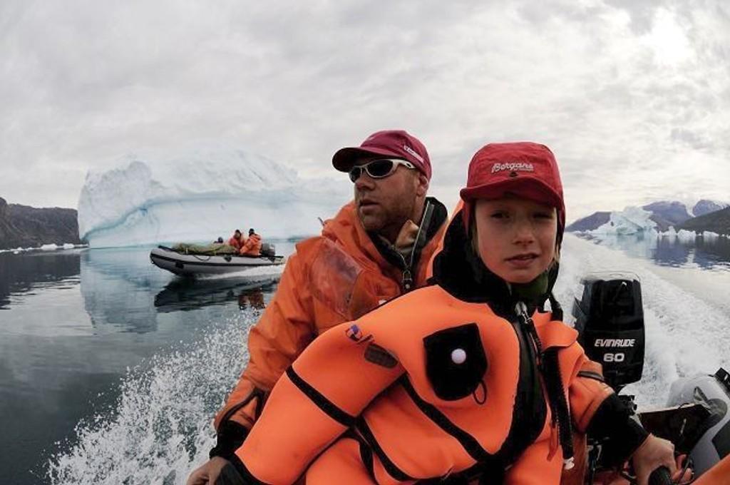 Torjus (10) og pappa Ebbe Hartz slik de tilbrakte mye av transporten på den fire uker lange ekspedisjonen i ishavet. Foto: Thomas Ulrich