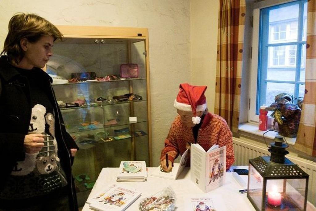 """Hva slags tanker har barn om julenissen? Det har Marit Hoem Kvam fra Ljan samlet mellom to permer i boken """"Kjære julenissen"""". Forfatteren solgte den blant annet på Ljan skoles julemesse, og Anne Mari Marstein var en av kjøperne. Foto: Anne-Grethe Ulriksen"""