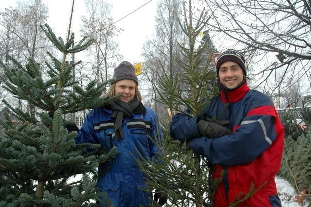 Jon Eirik Einarseveen og Christian Pettersen fotografert i forbindelse med salg av trær ved Holmendammen.