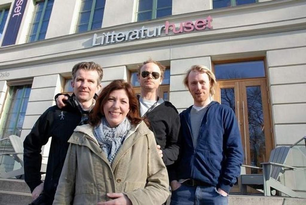 TEATERSPORT: Jan Paul Brekke, Helen Vikstvedt, Harald Eia og Torbjørn Harr skaper kaos på Litteraturhuset lørdag. Foto: Anne Marie Huck