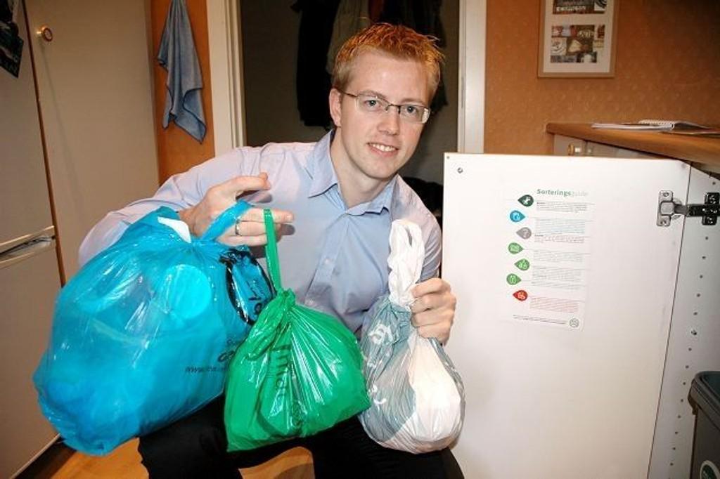 Tommy Skjervold og andre innbyggere som kildesorterer kan nå hente nye poser gratis i lokalmiljøet.