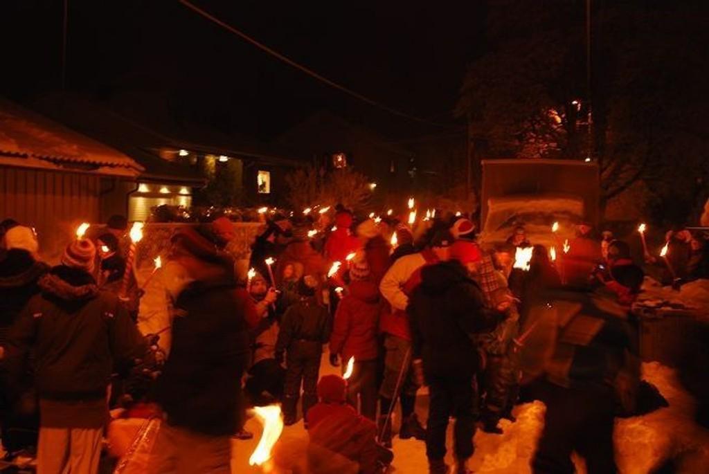 Høyenhallbeboerne stiller mannssterke opp til fakkeltoget i nærmiljøet. Foto: Camilla Foote