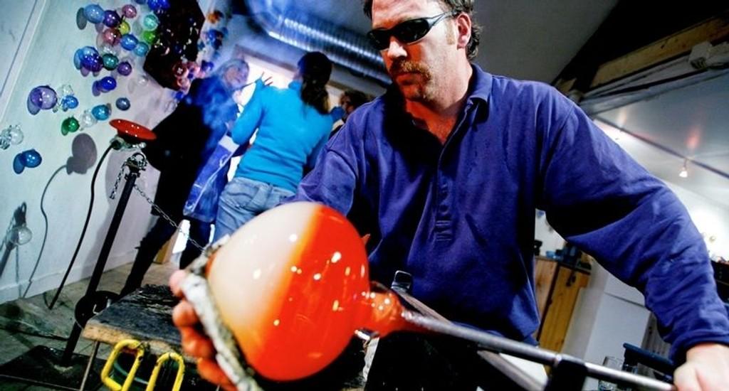 ÅPENT HUS: – Det er bare hyggelig at folk ser på oss når vi jobber, sier glassblåser og kunsthåndverker Lars Kværne hos Egenart – kombinert butikk og verksted på Bærums Verk.