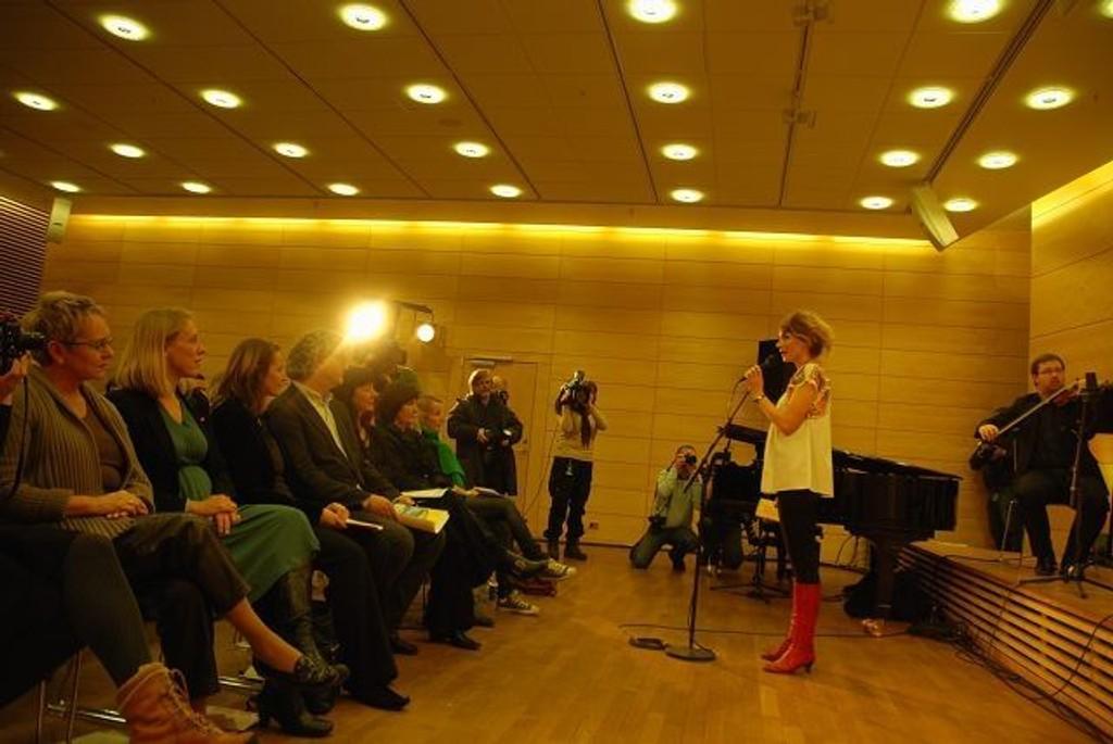 Nasjonalbibliotekar Vigdis Moe Skarstein sammen med Kulturminister Anniken Huitfeldt under åpningen av Bjørnson året. Alle Foto: Anne Marie Huck