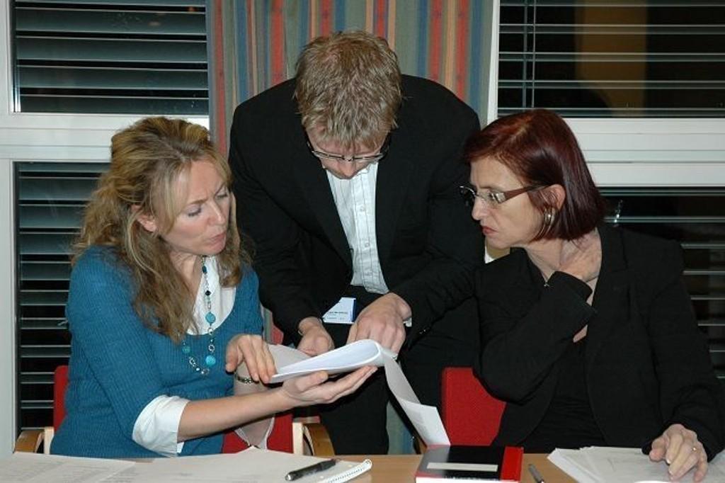 Det var mye frem og tilbake under årets budsjettbehandling, men til slutt ble alle enige. Her sees BU-sekretær Therese K. Lundstedt (f.v.), Tommy Skjervold (Frp) og bydelsdirektør Tove Stien. Foto: Nina Schyberg Olsen