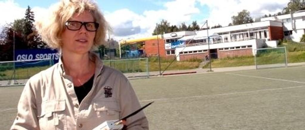 Sissel Halmøy fra Norges Miljøvernforbund er en av dem som stiller til debatten på Ready-huset. Her er hun på Gressbanen hvor hun i fjor målte stråling.