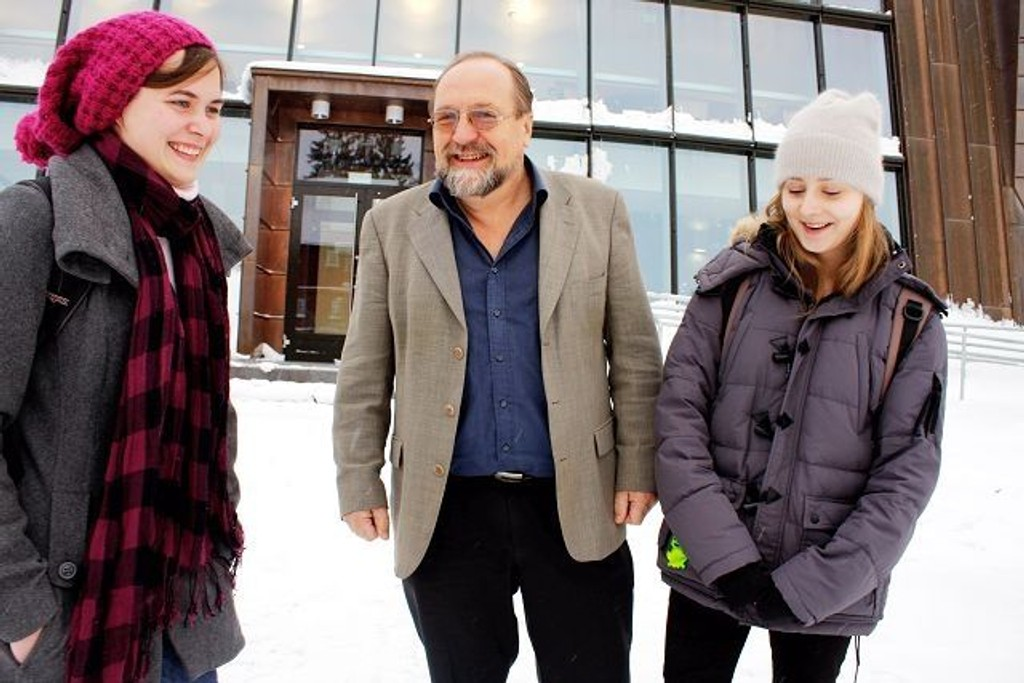 Nestleder i elevrådet Maria Kristine Bækkelie, rektor Arvid Helland og elevrådsleder Anna Landup ble overrasket da statsministeren brukte Stovner videregående skole som eksempel i nyttårstalen.