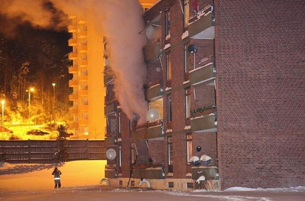 Brannen startet i en leilighet i andre etasje i denne blokka.