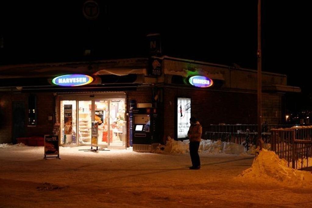 Denne Narvesen-kiosken på Manglerud ble ranet tirsdag kveld. Nå etterlyser politiet vitner til ranet.