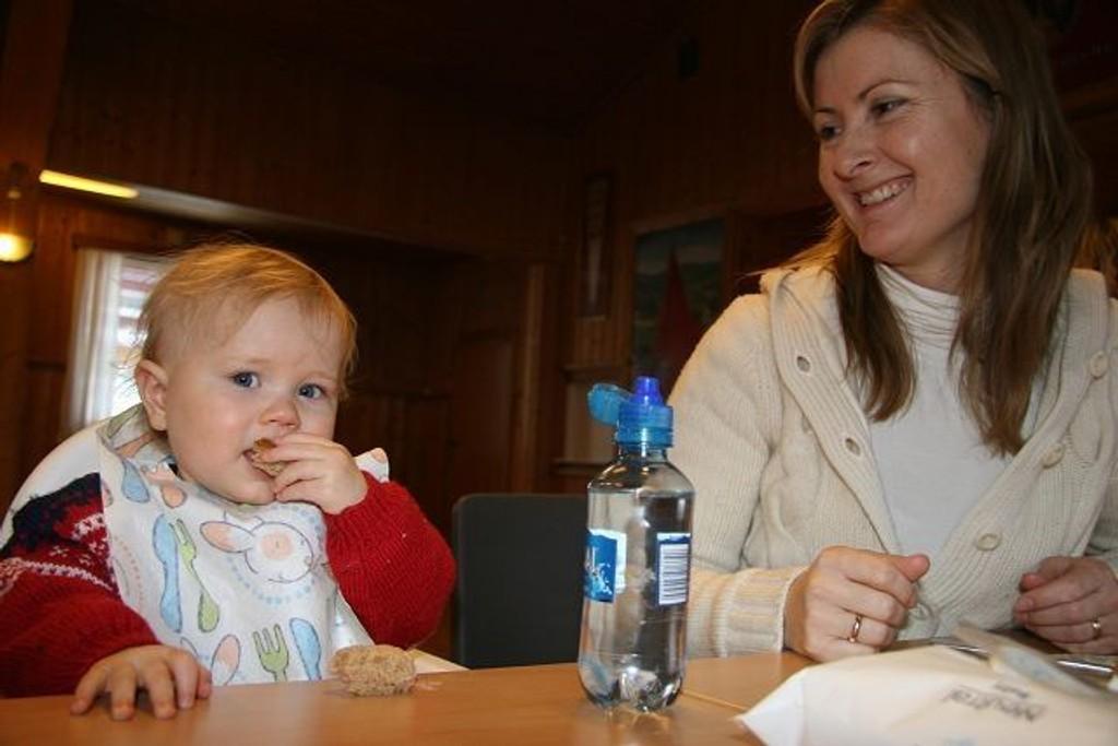 Godt med en matpause – her Nora og mamma Linda.
