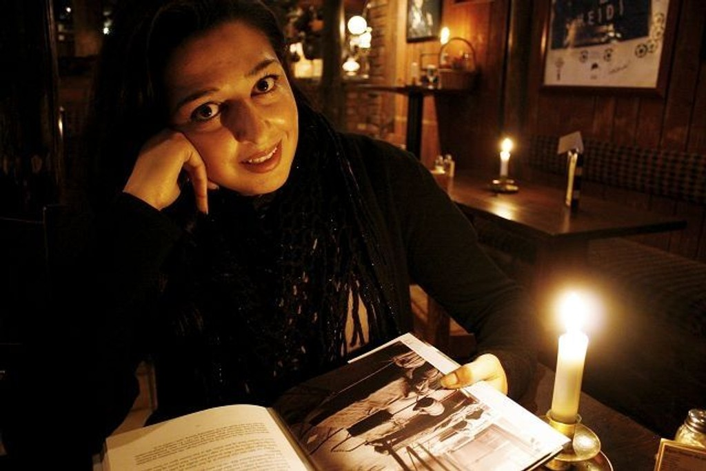 Mahmona Khan debuterte i høst med boka «Tilbakeblikk: Da pakistanerne kom til Norge». Lørdag besøker forfatteren Bjerke.