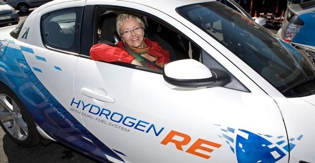 HYDRO: Tidligere samferdselsminister Liv Signe Navarsete i en Mazda RX-8 under åpningen av Hydrogenveien.
