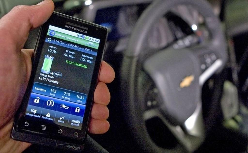 FJERNKONTROLL: Med telefonen skal du kunne fjernstarte bilen så vel som å styre dørlåsen.
