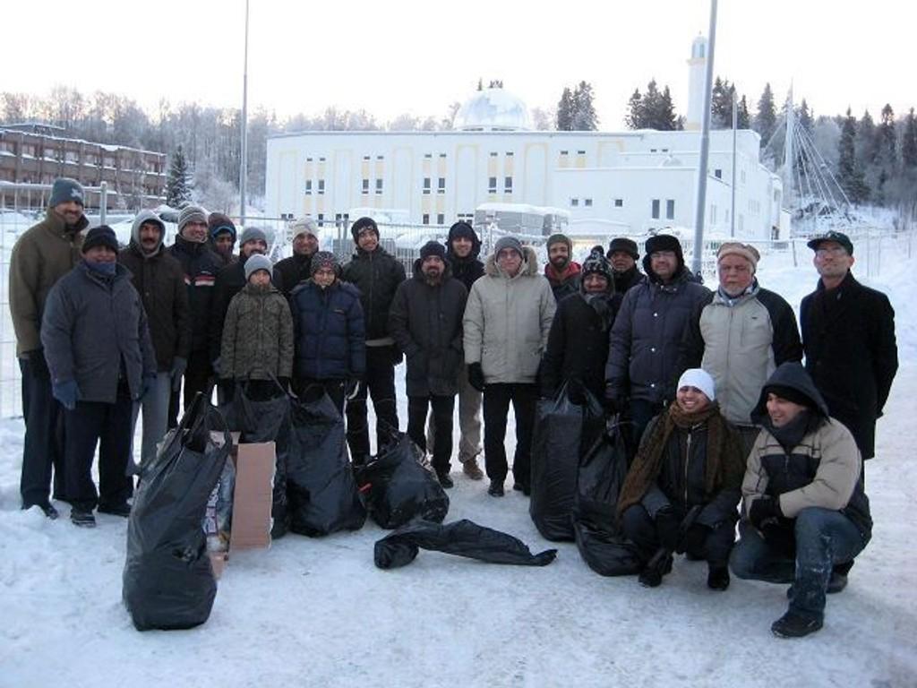 Ahmadiyya-muslimene møtte opp i stort antall for å rydde raketter første nyttårsdag. Begge foto: MKA Norge