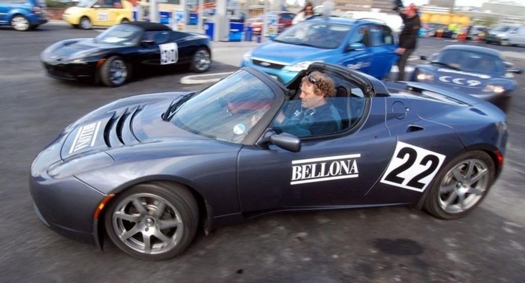 MILJØRALLY: Fra starten av rallyet for nullutslippsbiler i 2009. Foran Bellonas Frederic Hauge i Tesla. (Foto: Øivind Skar)