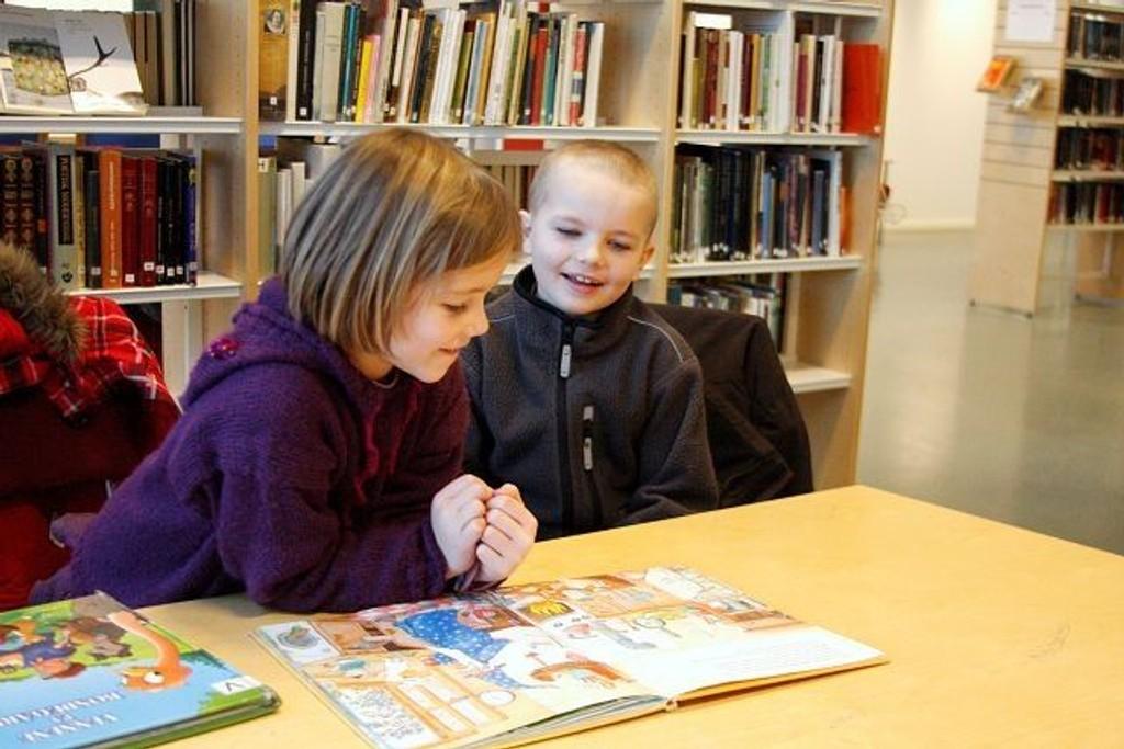 Aurora og Hermann Gagama Kittelsen venter på at lørdagsfilmen skal begynne. Begge er ofte innom biblioteket på Furuset.