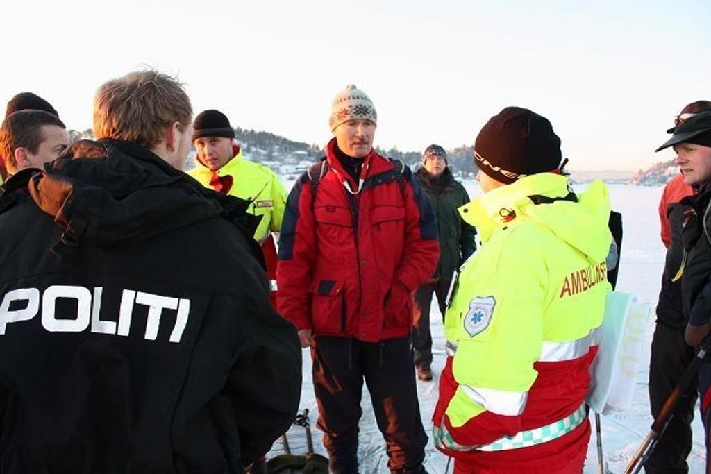 Forteller: Rolf Utgård står her på isen utenfor Ulvøya og orienterer politi- og ambulansepersonell om redningsdåden i Bunnefjorden. Foto: Aina Moberg