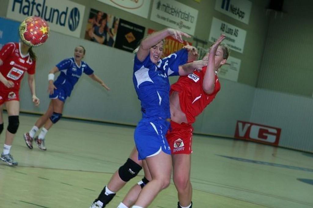 Glapp: Poengene glapp for Susanne Moe (venstre) og Njård i kampen mot Marianne Rokne og Tertnes.