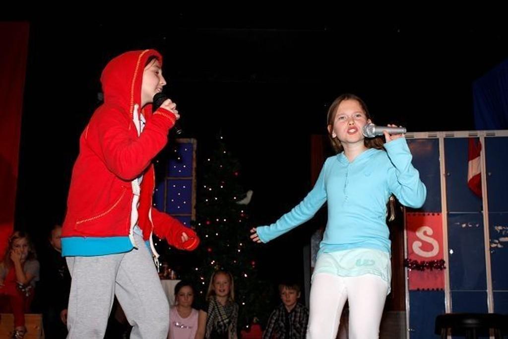 Cornelia Braanaas (9) og Randi-Mari Søvik Sandvik (10) ga alt på scenen.