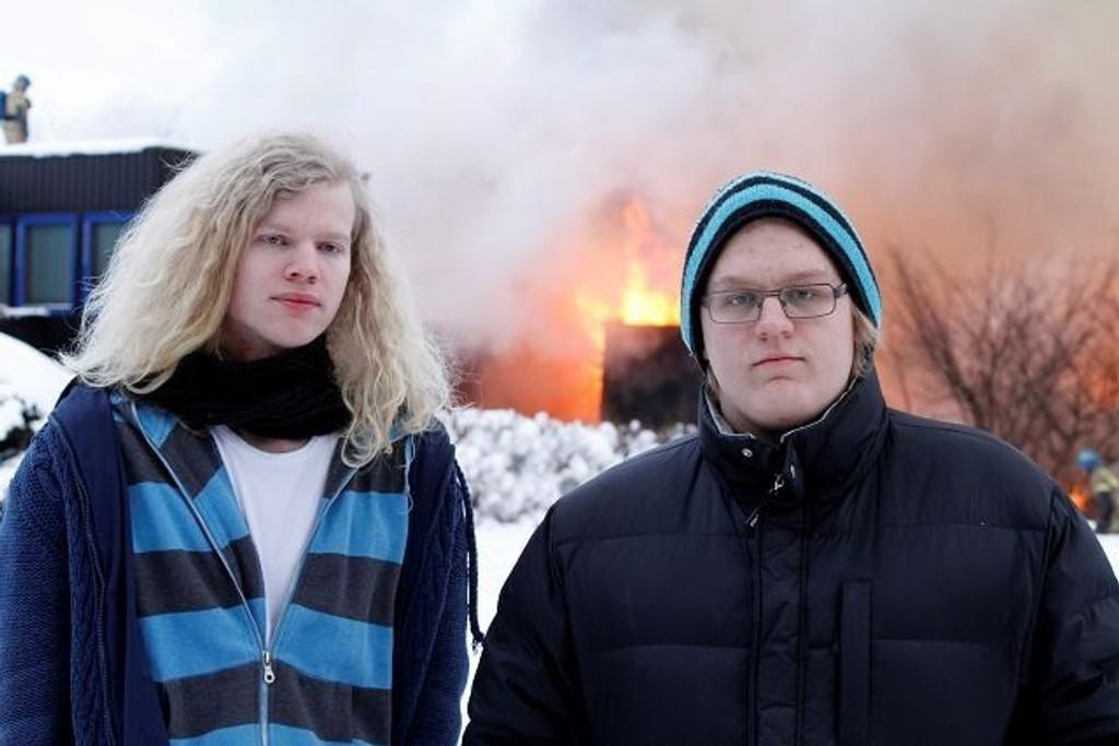 Sindre Fjellstad og Jon Magnus Christiansen er naboer til de fire rekkehusene som brant på Nordstrand. – Det spredte seg ekstremt raskt, forteller de. Foto: Øystein Dahl Johansen