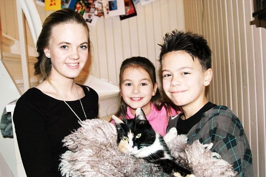 Mirakelpusen Luzziline er gjenforent med sin familie. F.v: Margrete (15), Elise (9) og Peder (12). ALLE FOTO: LINE RUNDMO