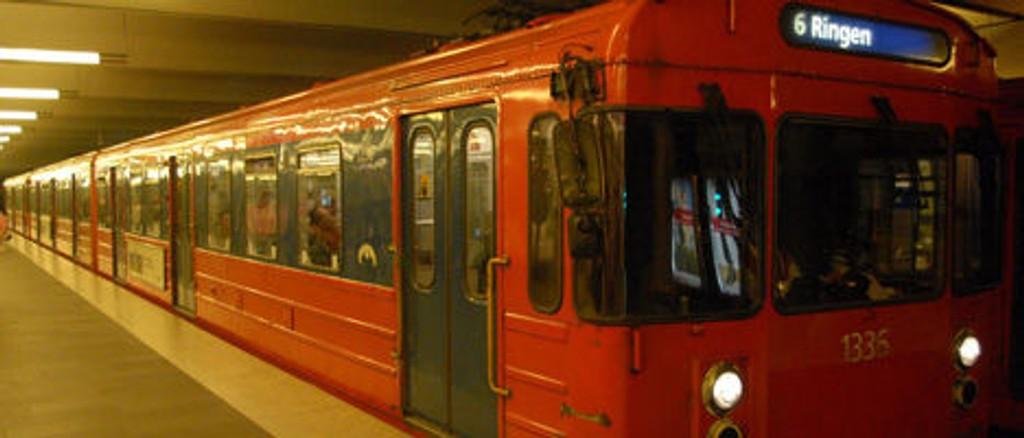 En mann skal ha blitt påkjørt av t-banen på Jernbanetorget.
