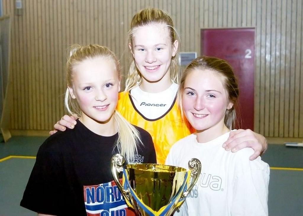 Risløkka-jentene Synne Myhre, Helene Rontén og Sandra Syvertsen ble Oppsal-spillere da sesongen startet i fjor høst. Foto: Harald Stensdal