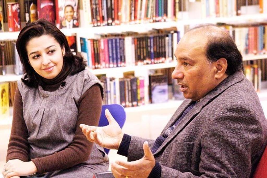 """Forfatter av boka """"Tilbakeblikk"""", Mahmona Khan i samtale med Qaiser Saeed fra Veitvet."""