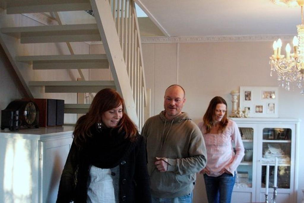 Tom Lilleås og Trine Hassel Pettersen (bak) tar imot en av de mange på visningen. I et hus med gode lysforhold og beliggende helt inn til marka.